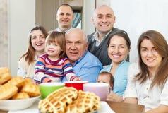 Porträt der großen glücklichen Familie mit drei Generationen lizenzfreies stockfoto