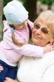 Porträt der Großmutter mit Enkelin Lizenzfreie Stockfotos