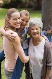 Porträt der Großmuttermutter und -tochter am Park Stockfoto