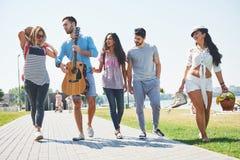 Porträt der Gruppe Freunde, die auf zum Strand gehen Gemischte Gruppe Freunde, die auf den Strand am Sommertag gehen Lizenzfreie Stockfotos