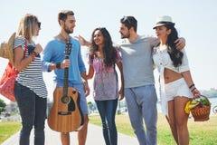 Porträt der Gruppe Freunde, die auf zum Strand gehen Gemischte Gruppe Freunde, die auf den Strand am Sommertag gehen Lizenzfreies Stockbild