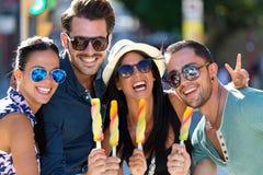 Porträt der Gruppe Freunde, die Eiscreme essen Stockfotografie