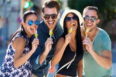 Porträt der Gruppe Freunde, die Eiscreme essen Stockbild