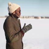Porträt der hörenden Musik des stilvollen jungen afrikanischen Mannes Stockbild