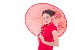 Porträt der hübschen Frau auf roten Japaner kleiden mit Regenschirm-ISO an Stockfotos