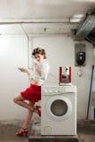 Porträt der hübschen Frau in der Wäscherei Lizenzfreie Stockfotografie