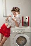 Porträt der hübschen Frau in der Wäscherei Lizenzfreie Stockfotos
