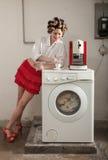 Porträt der hübschen Frau in der Wäscherei Lizenzfreies Stockbild