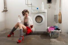Porträt der hübschen Frau in der Wäscherei Stockfotos