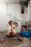 Porträt der hübschen Frau in der Wäscherei Lizenzfreie Stockbilder