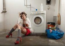 Porträt der hübschen Frau in der Wäscherei Stockbilder