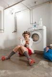 Porträt der hübschen Frau in der Wäscherei Stockfoto