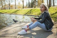 Porträt der hübschen Frau draußen Blondes Baumuster Lizenzfreie Stockfotos