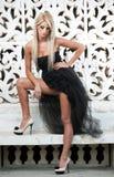 Porträt der hübschen Frau draußen stehend im schwarzen eleganten Kleid Stockfoto