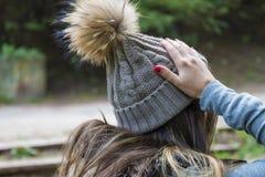 Porträt der hübschen Frau im Woolen Winter-Hut Lizenzfreie Stockbilder