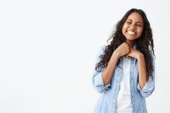 Porträt der hübschen Frau mit dunkler sauberer Haut und schönem Lächeln lautes über lustigen Witz heraus lachend beim Haben des S Lizenzfreies Stockbild