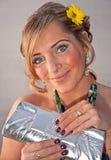 Porträt der hübschen Frau mit gelber Blume Lizenzfreies Stockbild