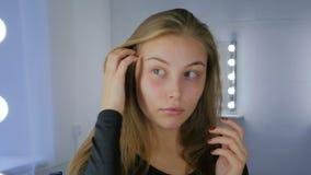 Porträt der hübschen Frau ohne Make-up stock footage