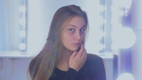 Porträt der hübschen Frau ohne Make-up stock video