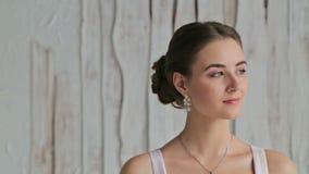 Porträt der hübschen, sinnlichen Frau mit schönem Make-up und der eleganten Frisur stock video