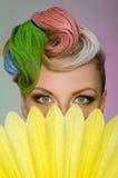 Porträt der hübscher Frau mit buntem Make-up Stockbilder