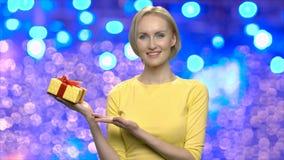 Porträt der hübscher Frau mit Geschenkbox stock video footage