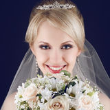 Porträt der herrlichen blonden Braut mit herrlichem glänzendem Lächeln stockbild