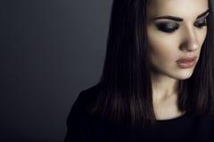 Porträt der herrlichen dunkelhaarigen Frau mit provozierendem bilden unten schauen mit traurigem Ausdruck auf ihrem Gesicht lizenzfreies stockbild