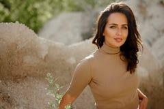 Porträt der herrlichen jungen Frau, die Kamerastellung in der Natur, mit Kopienraum betrachtet Makrodetail des kosmetischen Behäl lizenzfreies stockfoto