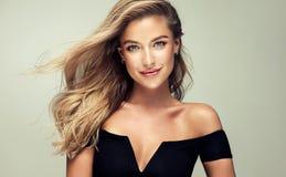 Porträt der herrlichen jungen Frau mit elegantem bilden und perfekte goldene Frisur stockfoto