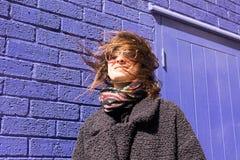 Porträt der Hippie-Frau mit dem Wind, der oben ihr Haar verwirrt Stockbild