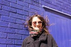 Porträt der Hippie-Frau mit dem Wind, der oben ihr Haar verwirrt Stockfotos