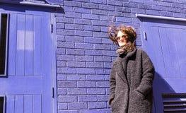 Porträt der Hippie-Frau mit dem Wind, der oben ihr Haar verwirrt Lizenzfreies Stockbild