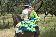 Porträt der hispanischen Schönheit im traditionellen Kostüm Stockbild