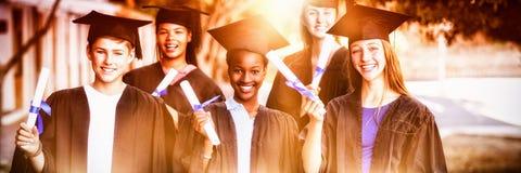 Porträt der Hochschule für Aufbaustudien scherzt Stellung mit Gradrolle im Campus stockbilder