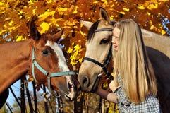 Porträt der Jugendlichen und der Pferde Lizenzfreie Stockfotos