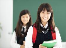 Porträt der JugendlichStudentin im Klassenzimmer lizenzfreies stockbild