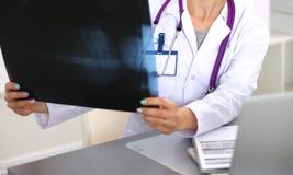 Porträt der jungen Ärztin im weißen Mantel an Lizenzfreie Stockfotos
