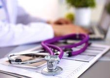 Porträt der jungen Ärztin im weißen Mantel an Lizenzfreie Stockfotografie