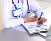 Porträt der jungen Ärztin im weißen Mantel am Computer Lizenzfreie Stockfotos