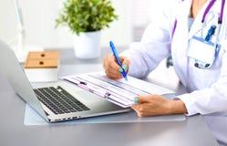 Porträt der jungen Ärztin im weißen Mantel am Computer Stockbilder
