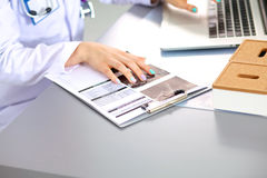 Porträt der jungen Ärztin im weißen Mantel am Computer Stockfoto