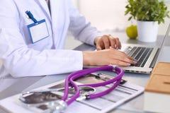 Porträt der jungen Ärztin im weißen Mantel am Computer Lizenzfreies Stockbild