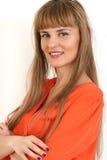 Porträt der jungen überzeugten Geschäftsfrau mit den Armen faltete isola Stockbild