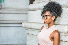 Porträt der jungen Afroamerikaner-Frau in New York lizenzfreie stockfotografie