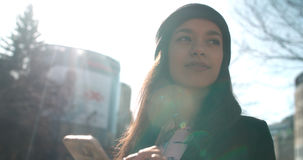 Porträt der jungen Afroamerikanerfrau, die Telefon, draußen verwendet Stockbild