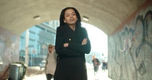 Porträt der jungen Afroamerikanerfrau, die zu einer Kamera, draußen schaut Lizenzfreies Stockbild