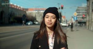 Porträt der jungen Afroamerikanerfrau, die zu einer Kamera, draußen schaut Stockfotos