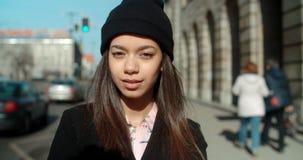Porträt der jungen Afroamerikanerfrau, die zu einer Kamera, draußen schaut Lizenzfreies Stockfoto