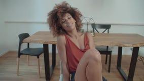 Porträt der jungen afroen-amerikanisch Frau, die Kamera und das Lächeln betrachtet stock footage